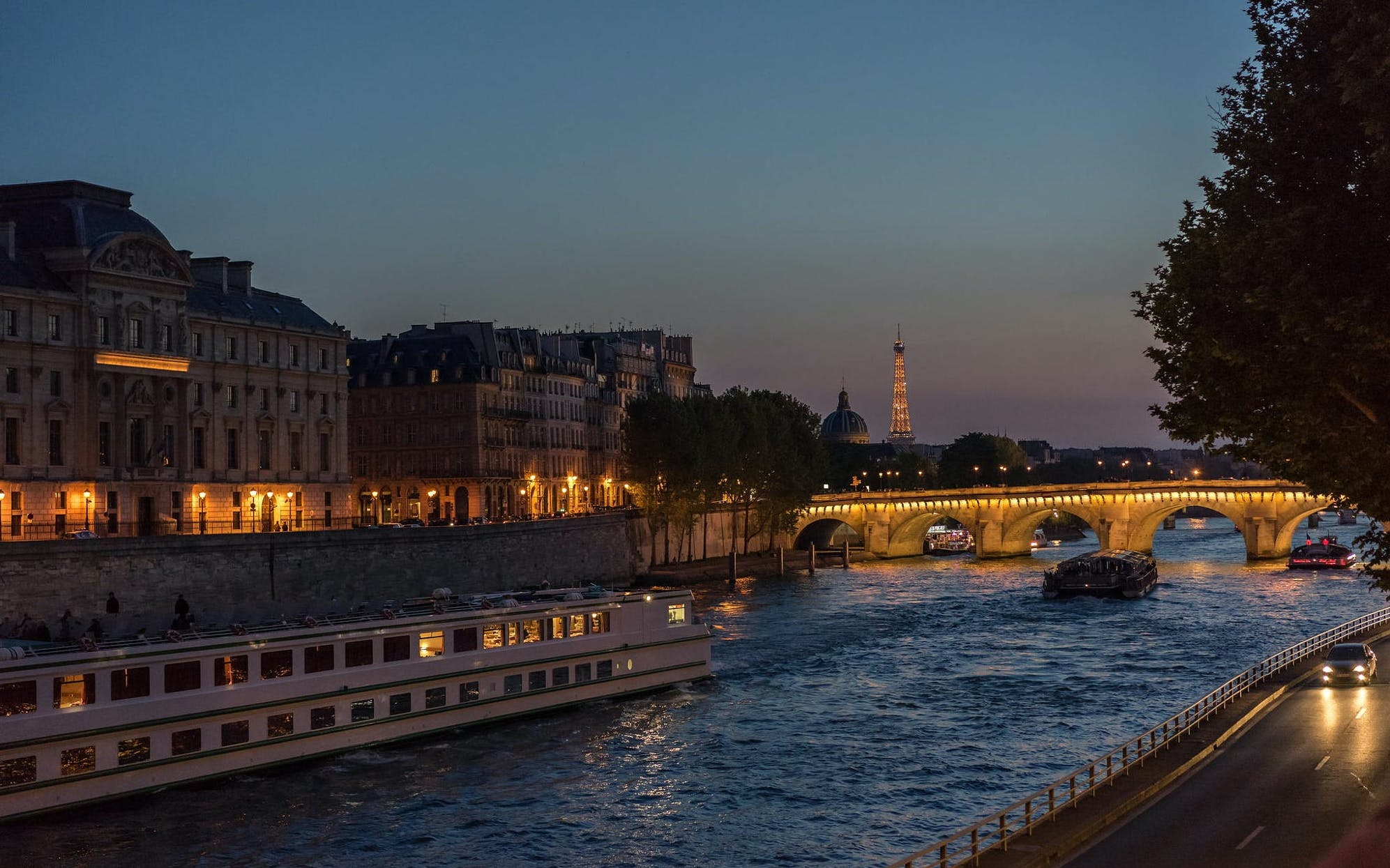 bateaux parisiens late evening seine river dinner cruise with wine-3