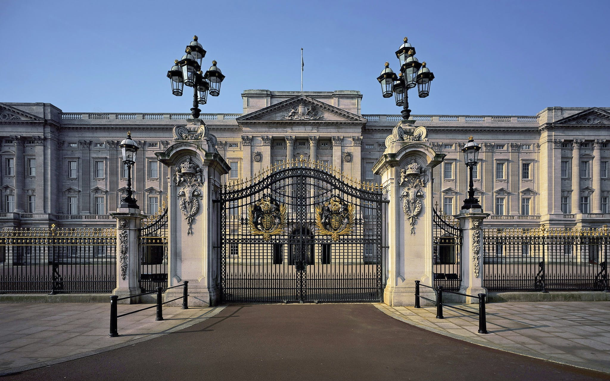 buckingham palace with access to state rooms and royal mews-2