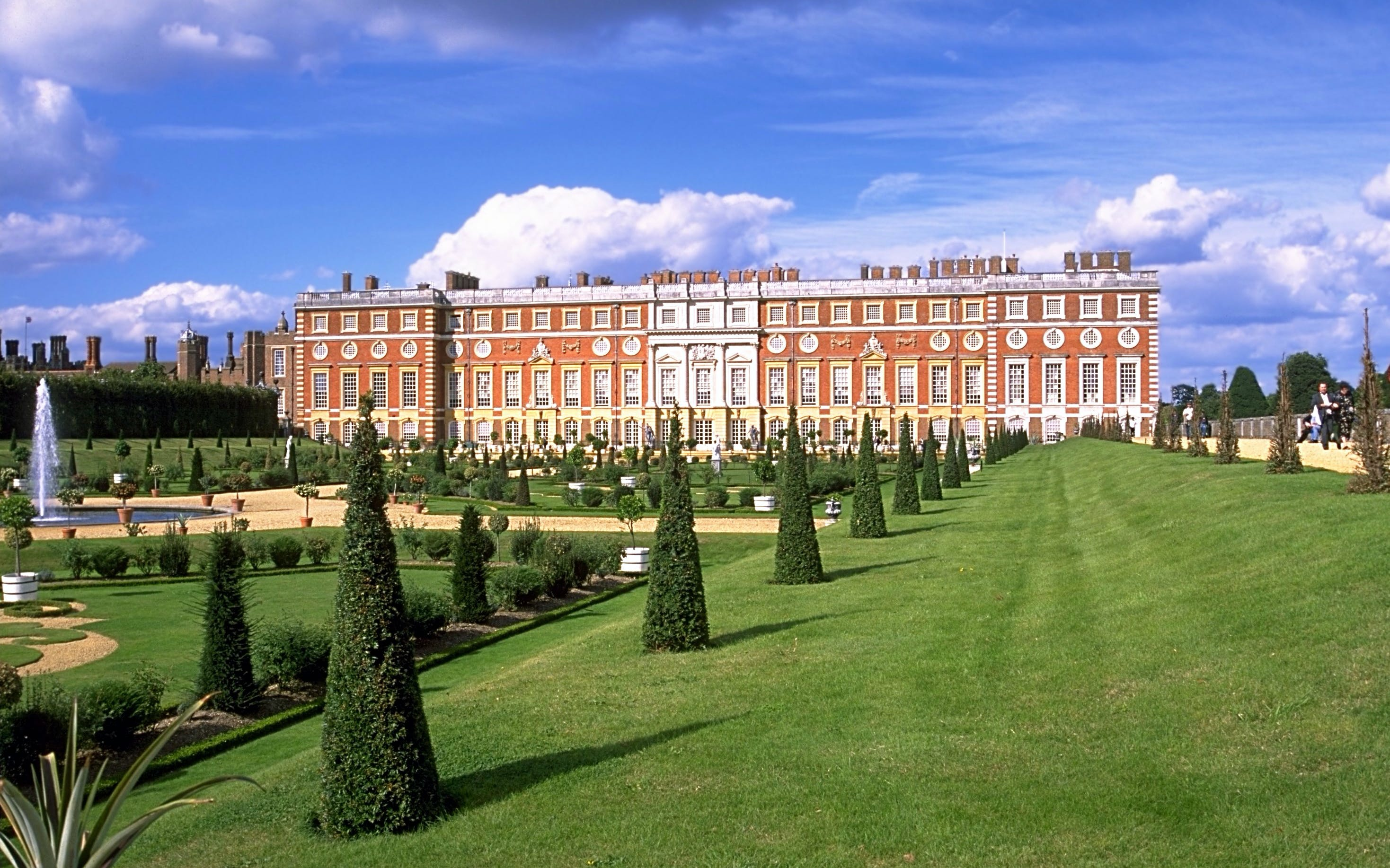 Stonehenge, Bath and Hampton Court Palace Tour from London
