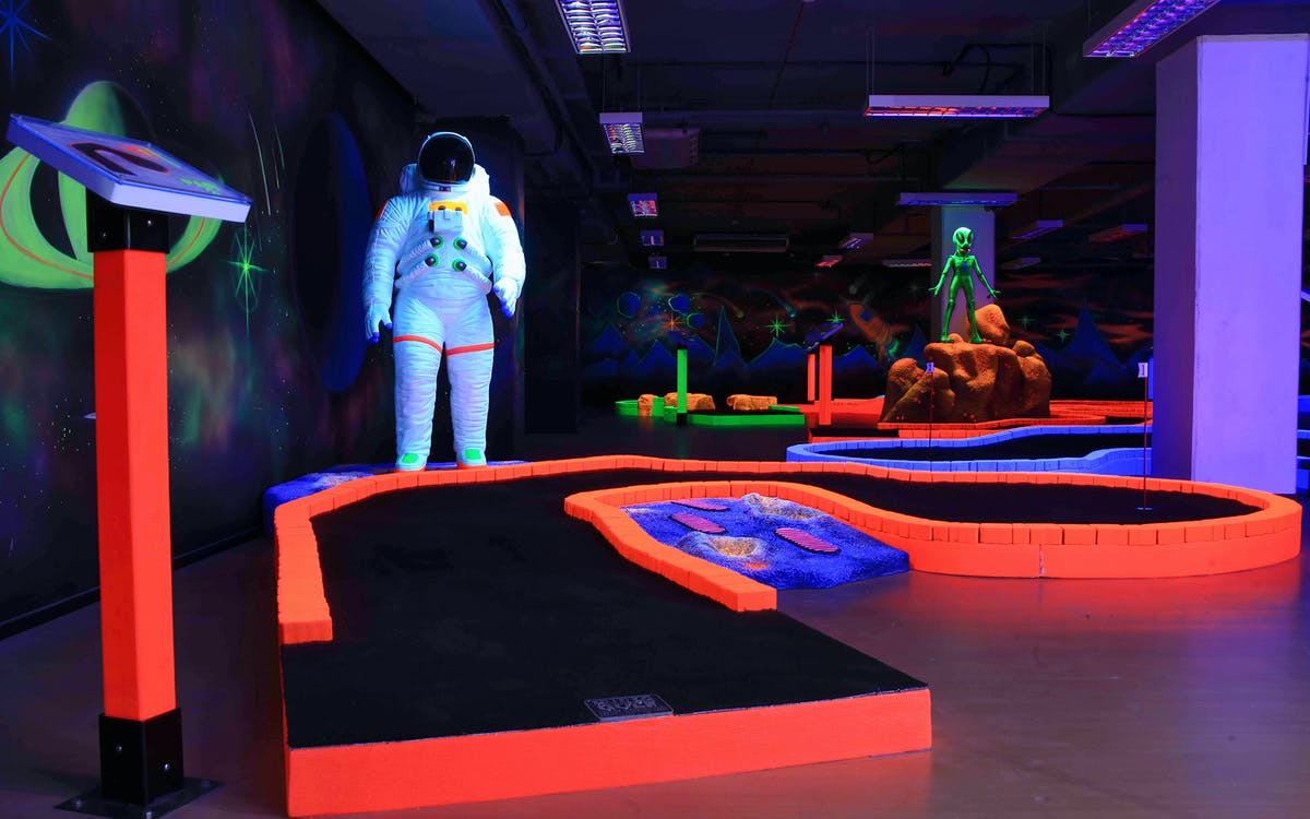 glow in the dark mini golf -3