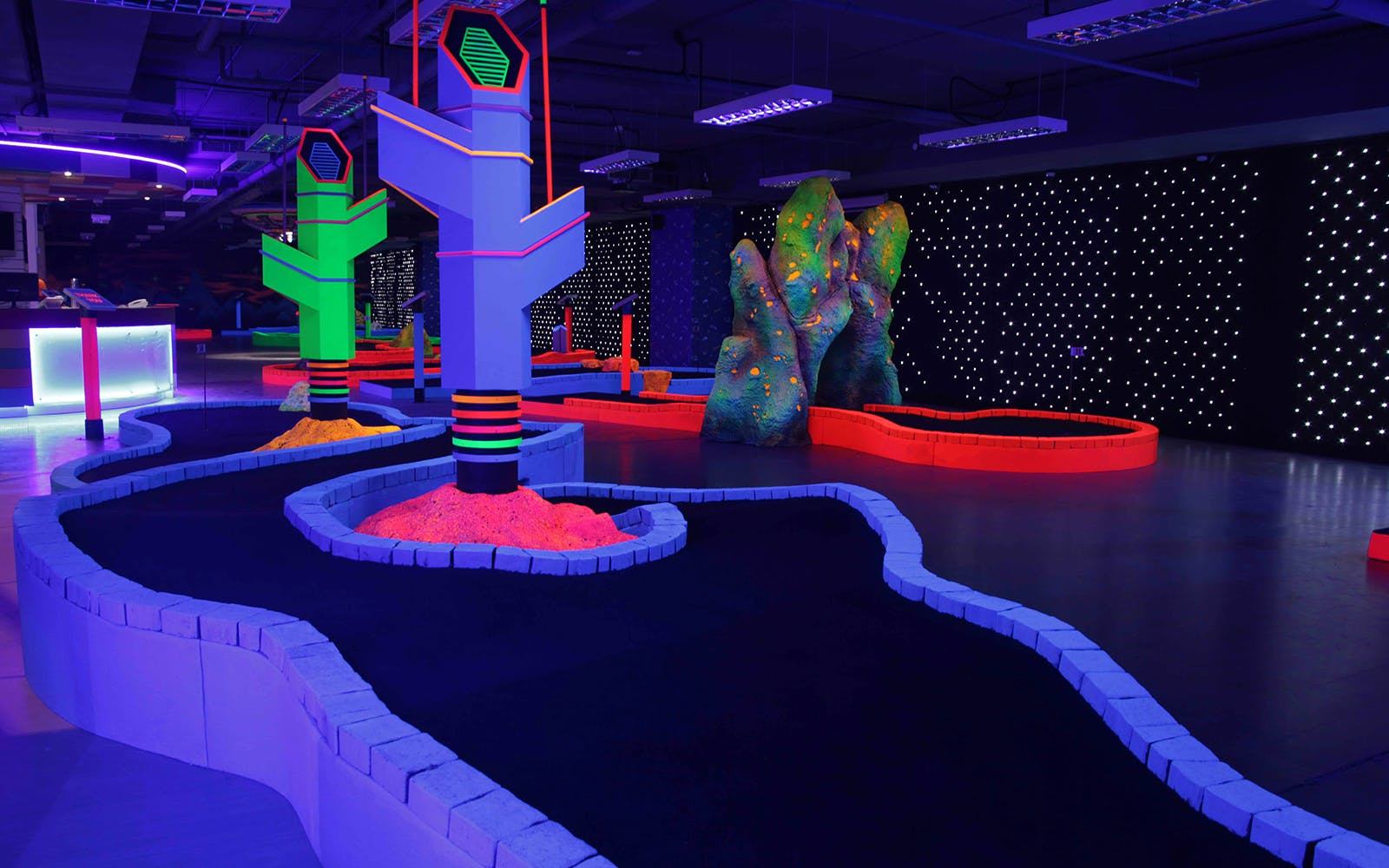 glow in the dark mini golf -2