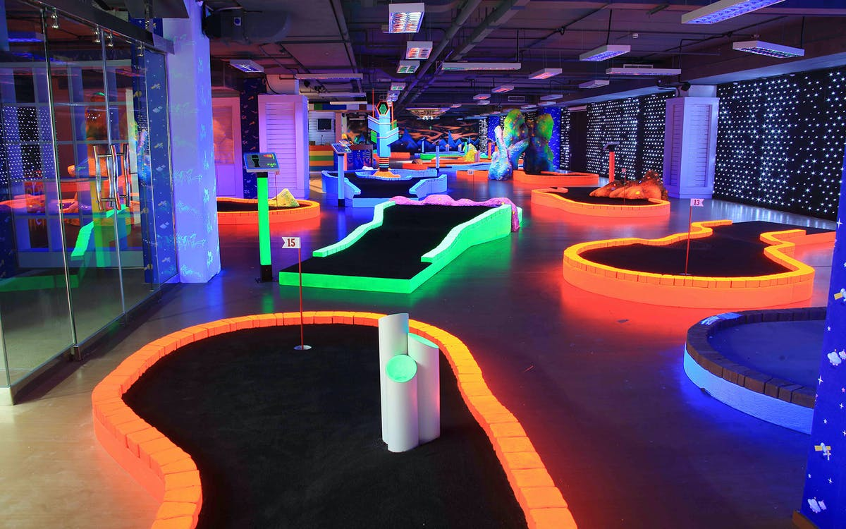 glow in the dark mini golf -4