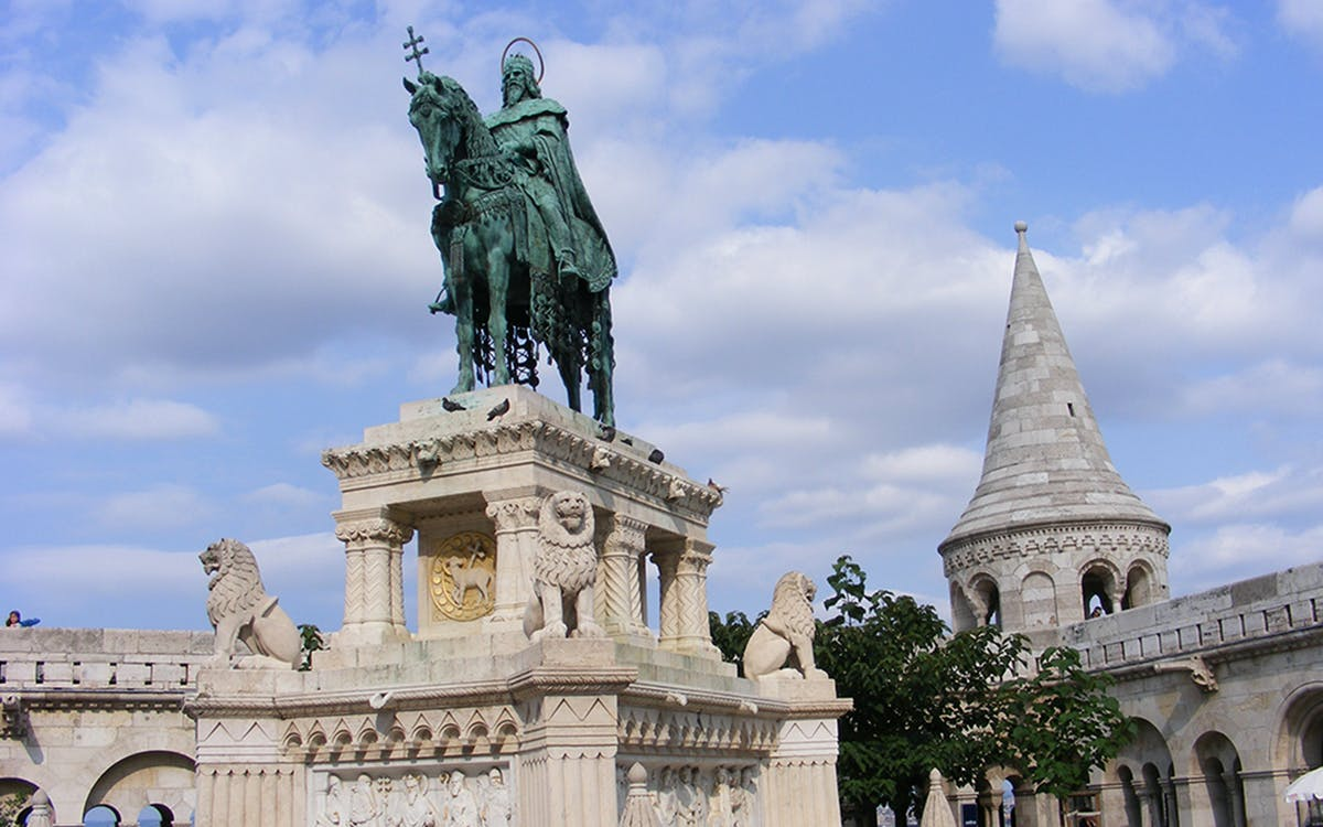 guided walking tour of buda-4