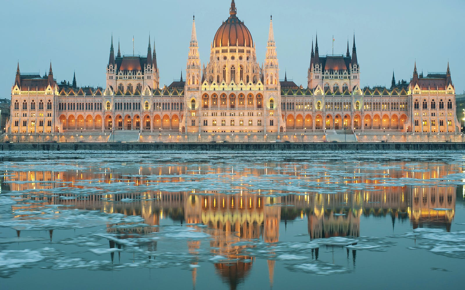 budapest hop on hop off bus with boat and night tour-3