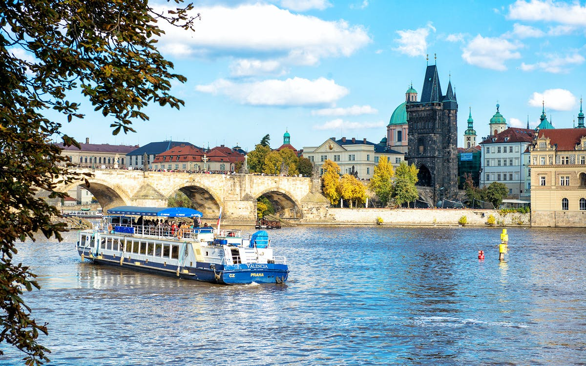 fast track access to prague castle and prague river cruise-3