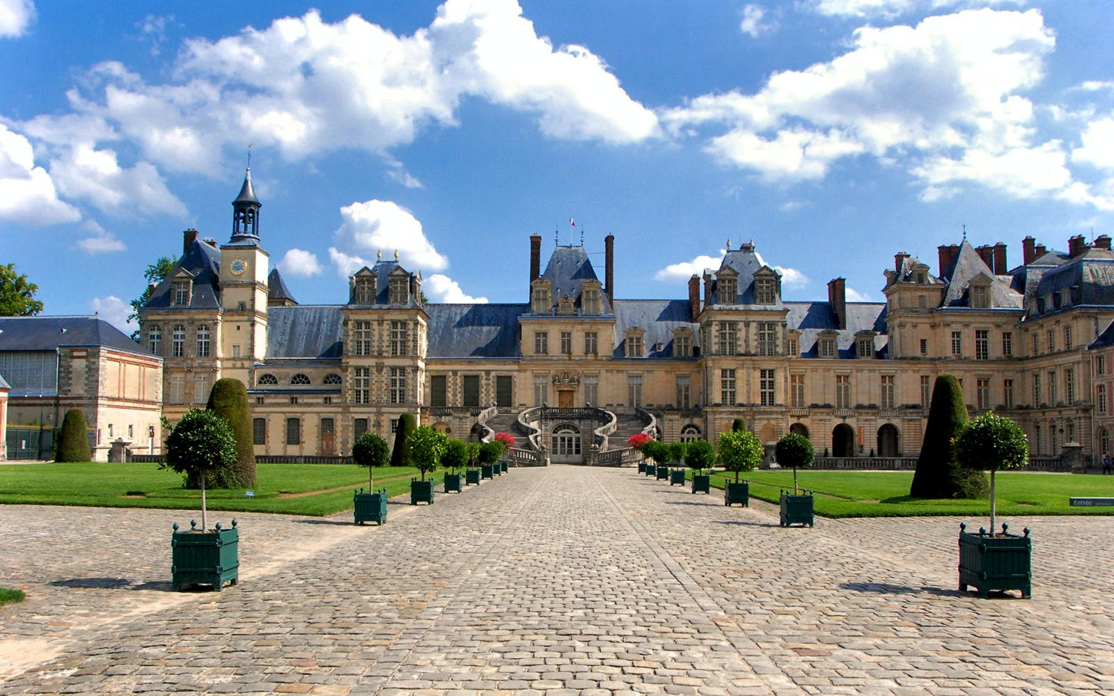 day trip to castles of fontainebleau & vaux le vicomte from paris with audioguid-3