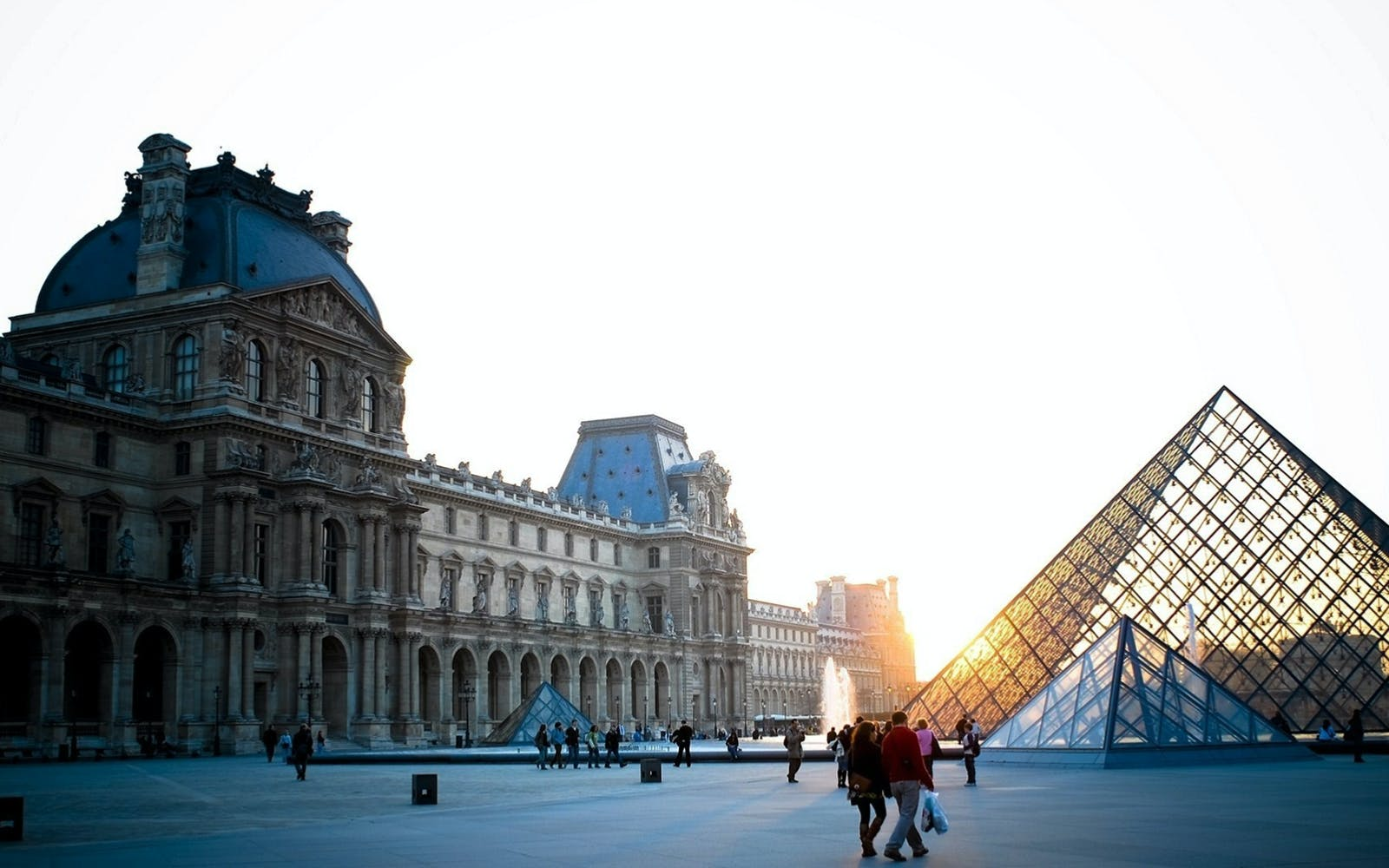 Fast Track Guided Tour of Louvre Museum, Notre Dame + Eiffel Tower Lunch with Complimentary Seine River Cruise