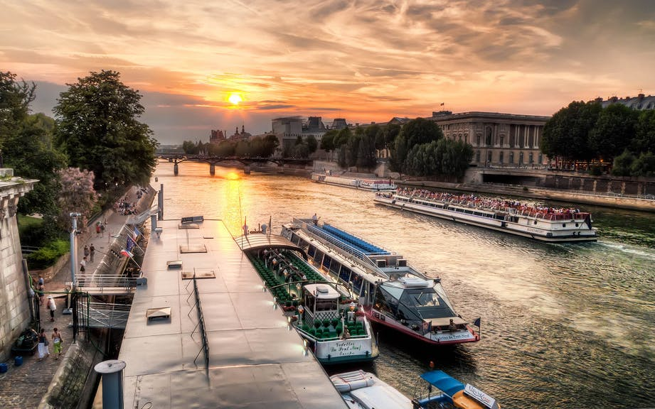 Bateaux Mouches Late Evening Seine River Dinner Cruise With Live Music