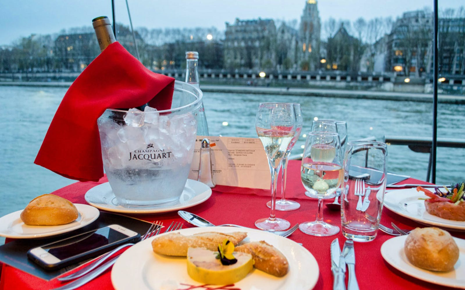 bateaux mouches late evening seine river dinner cruise with live music-2