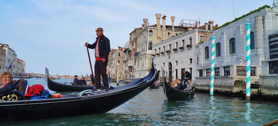 Skip the Line Doge's Palace Entry and Guide Book with Gondola