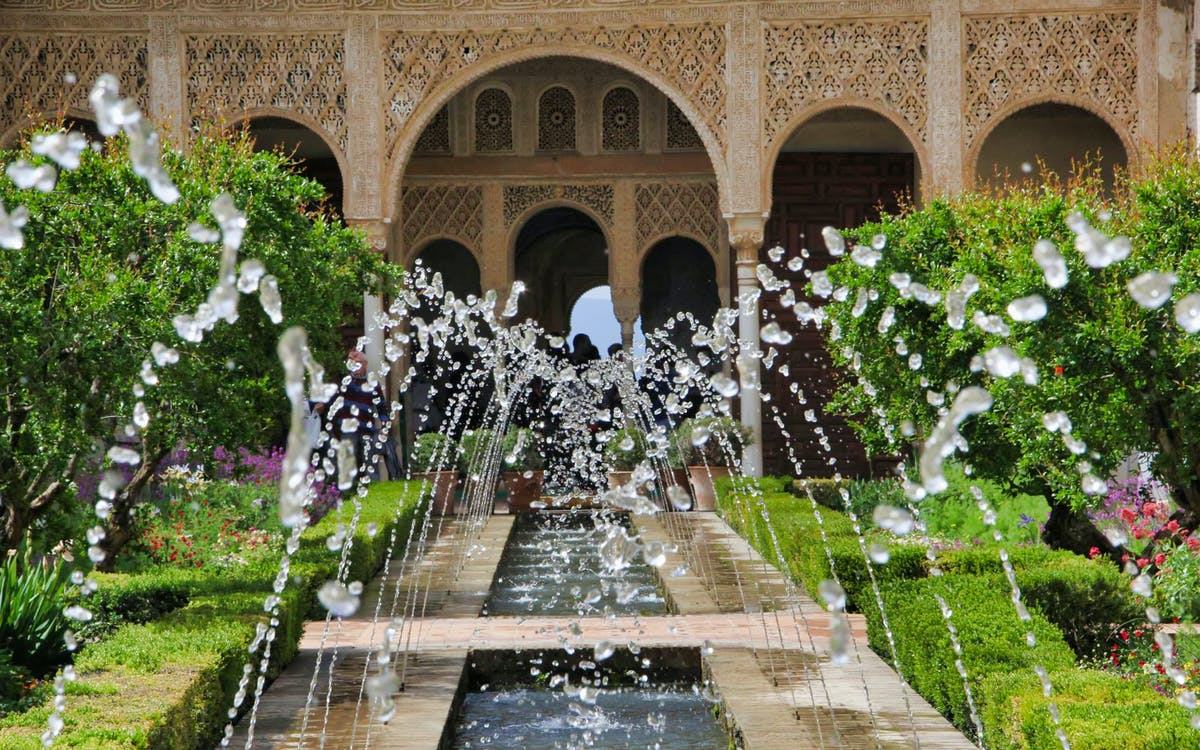 small group tour to alhambra, generalife and alcazaba + nasrid palaces-3