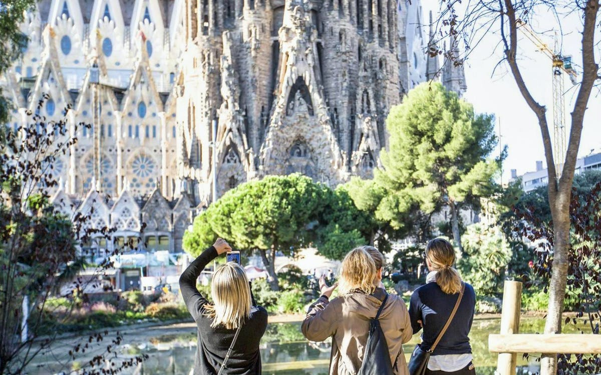 fast track sagrada familia guided tour & sant pau art nouveau-1
