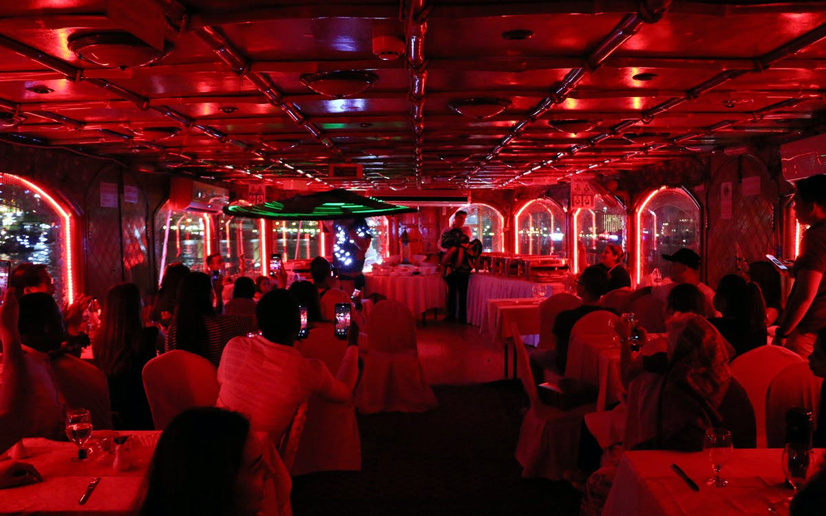 dhow dinner cruise with live entertainment in dubai creek-2
