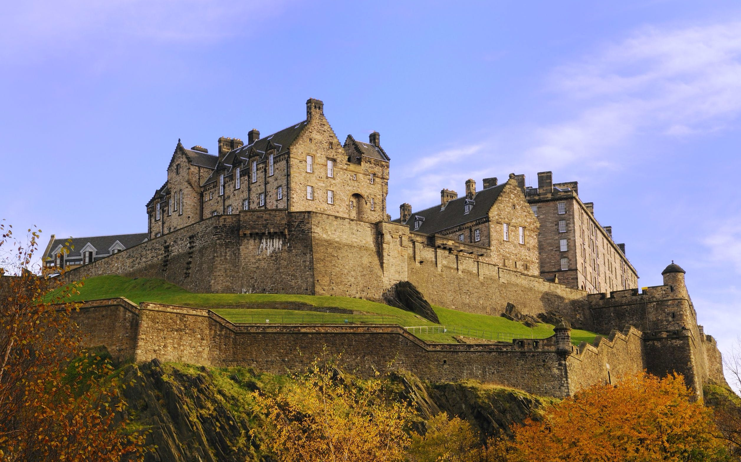 Edinburgh Rail Day Trip from London with HO-HO Bus Tour & Castle Entry