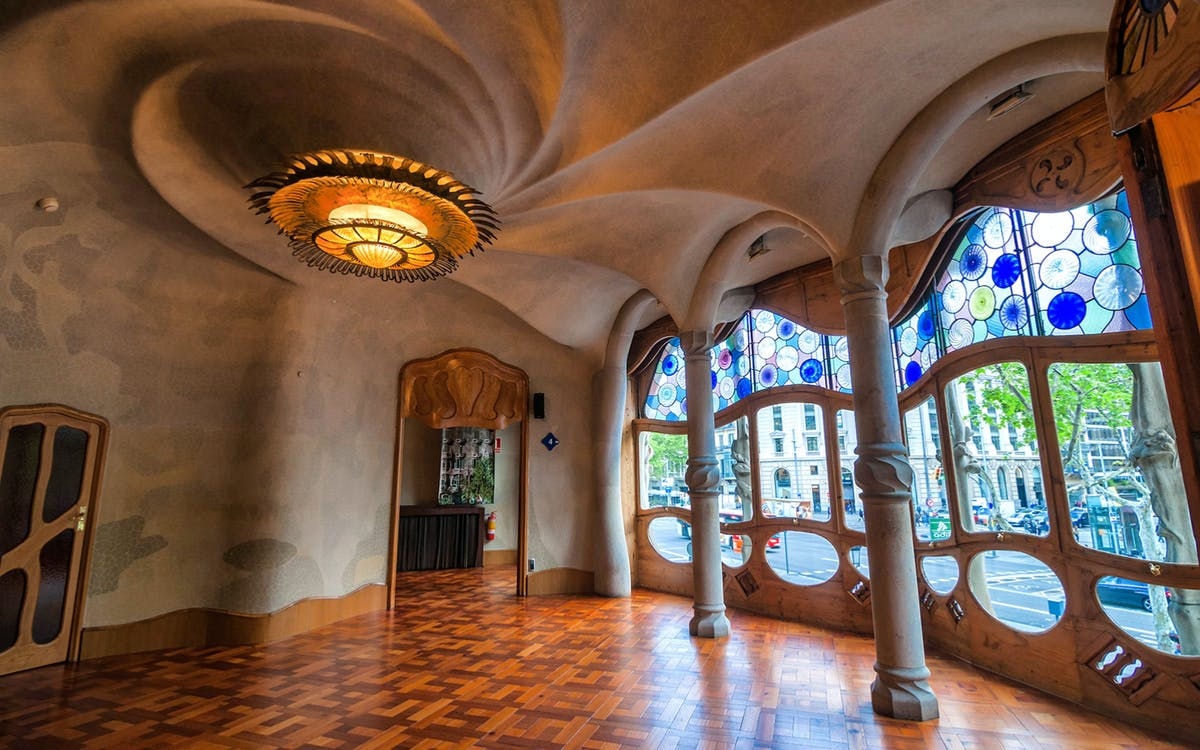 artistic barcelona - the best of gaudi guided tour-6
