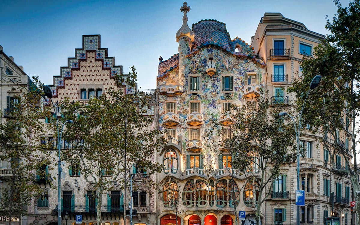 artistic barcelona - the best of gaudi guided tour-5